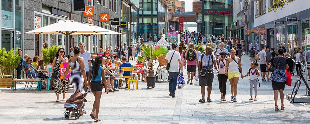 Drukke winkelstraat in Almere Stad