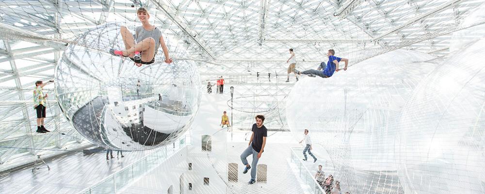 Futuristisch museum met valnetten