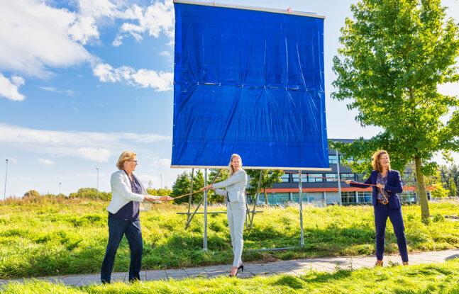 Vrouwen staan voor groot bouwbord