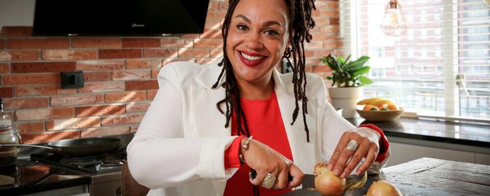 Sharon de Miranda snijdt uien