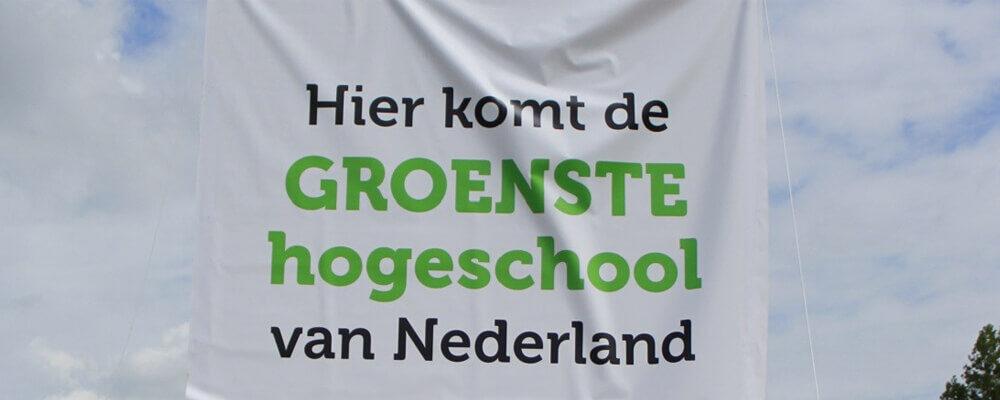 Spandoek met tekst Hier komt de Groenste hogeschool van Nederland