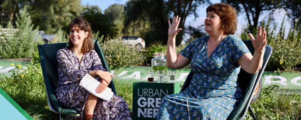 Twee sprekende vrouwen zitten buiten