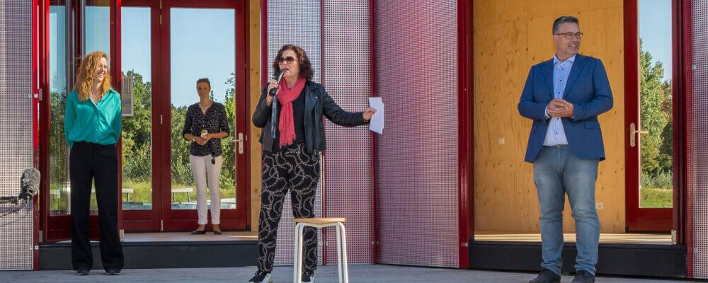 Vrouw kondigt opening StrandLAB aan